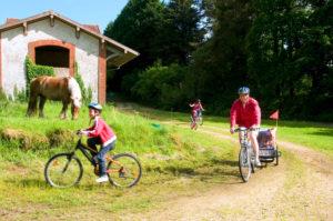 famille en velo, sur la voie verte