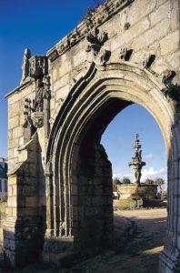 porte triomphale de l'enclos paroissial de saint-jean-du-doigt